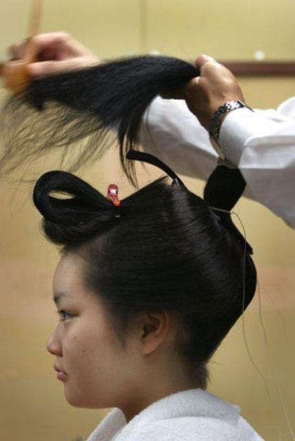 Comme beaucoup de choses dans le monde des Geisha, les coiffures de la  Geisha et de la Maiko sont ritualisées. Chaque coiffure, possède une  signification