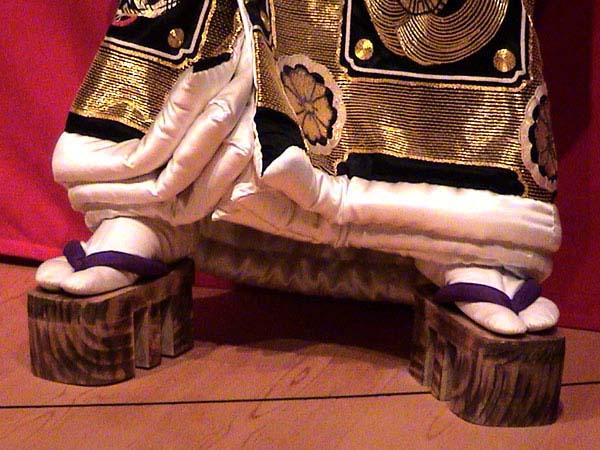 Les Geta sont des chaussures japonaises apparentées aux sabots. Elles sont portées avec les vêtements traditionnels japonais, comme les Kimono,